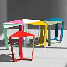 FINITY tavolino in metallo a base triangolare